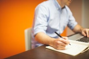 Profissional calculando os custos fixos e variáveis