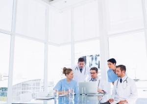Equipe de profissionais da saúde planejando aumentar a receita da clínica