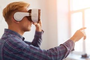 Paciente utilizando óculos de realidade virtual na reabilitação