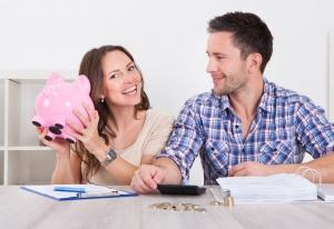 casal de profissionais planejando aumentar a rentabilidade