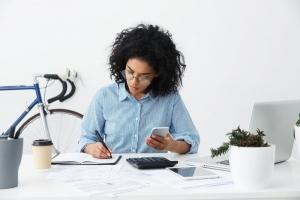 Fisioterapeuta calculando quanto cobrar pela sessão