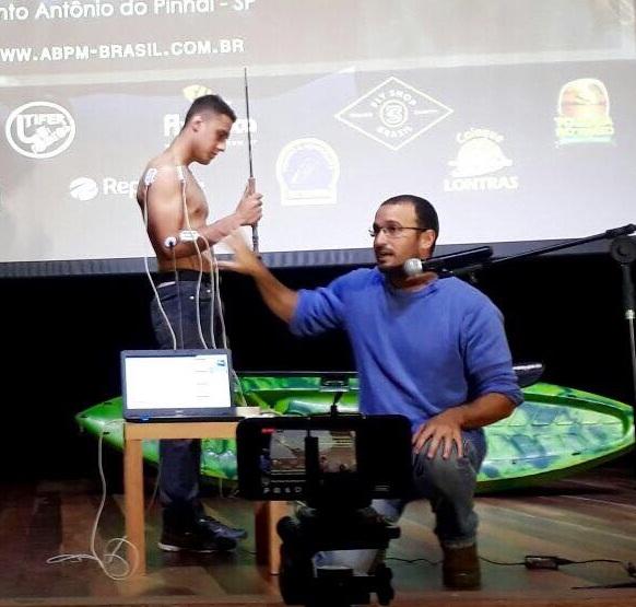 Fisioterapeuta Ricardo Padovan palestrando sobre eletromiografia de superfície no V Simpósio Brasileiro de Pesca com Mosca, em Santo Antônio do Pinhal/SP
